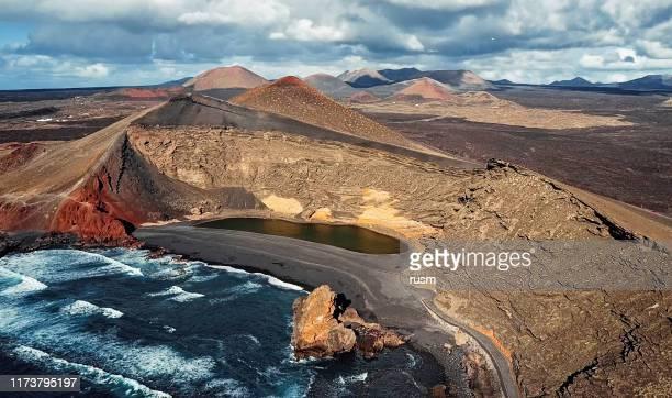 vista aérea del lago volcánico el golfo, lanzarote, islas canarias, españa - isla de lanzarote fotografías e imágenes de stock