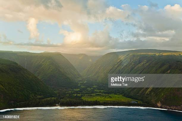aerial view of waipio valley on big island, hawaii - waipio valley stockfoto's en -beelden