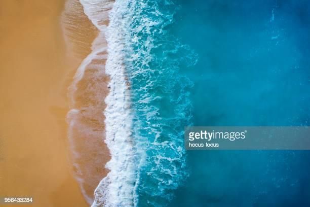 Vista aérea de las olas del claro mar color turquesa