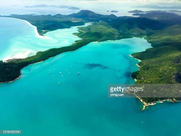 vue aérienne des îles whitsunday - île d'hamilton photos et images de collection