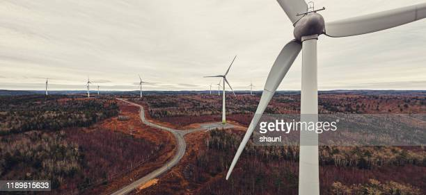 flygvy över vindkraftverk - vindsnurra jordbruksbyggnad bildbanksfoton och bilder
