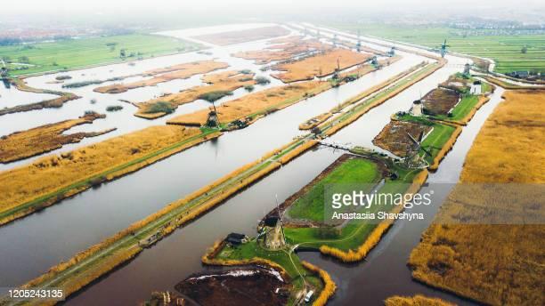 luchtfoto van windmolens, kanalen en velden in nederland - zuid holland stockfoto's en -beelden