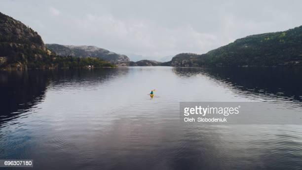 luchtfoto van vrouw kajakken op het meer in bergen - lake stockfoto's en -beelden