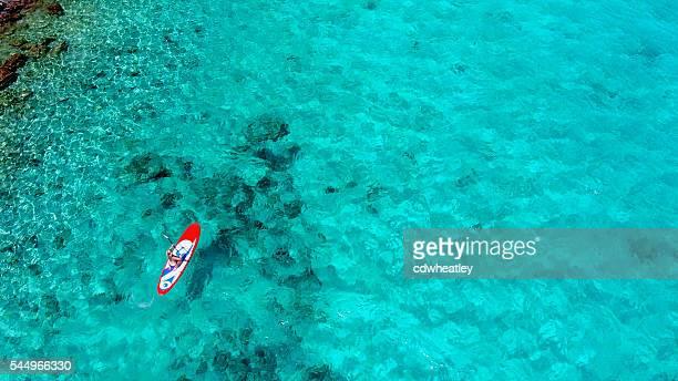 Vue aérienne de femme sur le paddleboard
