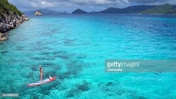vista aérea de mujer en paddleboard - caribe fotografías e imágenes de stock