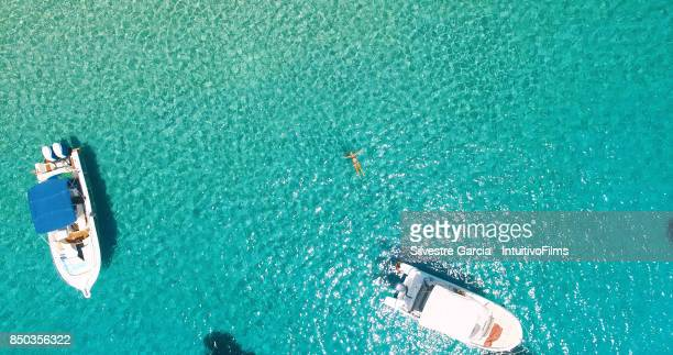 aerial view of yatch in amazing, unspoiled and idyllic beach on a little island - rich garcia stock-fotos und bilder