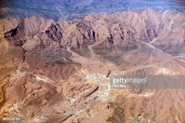 aerial view of zagros mountains range, near shiraz, iran - iraq stock-fotos und bilder