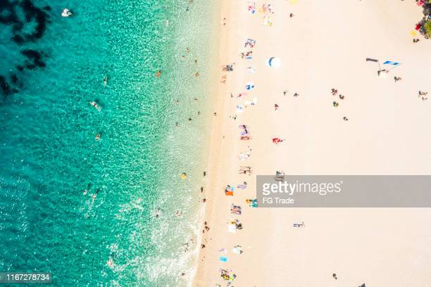 vista aérea de zlatni rat beach, bol, croacia - zlatni rat fotografías e imágenes de stock