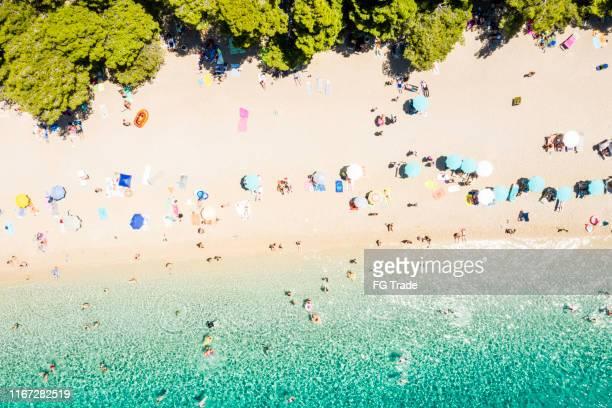 bovenaanzicht van zlatni rat strand, bol, kroatië - kroatië stockfoto's en -beelden