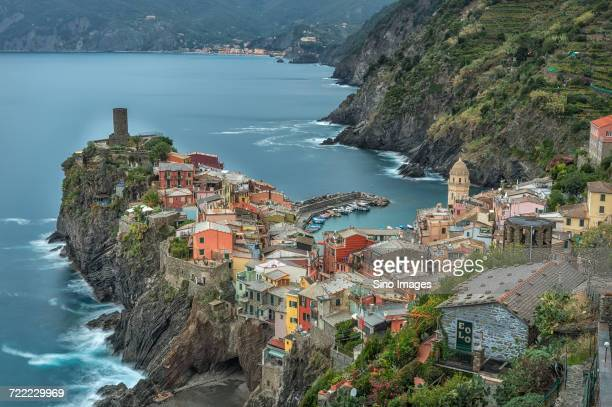 aerial view ofcliffsidetown, italy - image foto e immagini stock