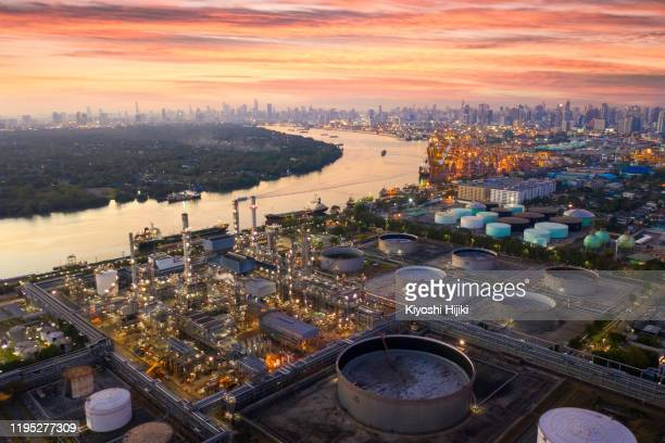 aerial view oil and gas industrial, refinery factory oil storage tank and pipeline steel at sunset - paesi del golfo foto e immagini stock