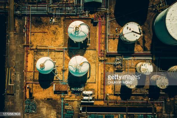 航空写真油およびガスターミナル貯蔵タンク - 液化天然ガス ストックフォトと画像