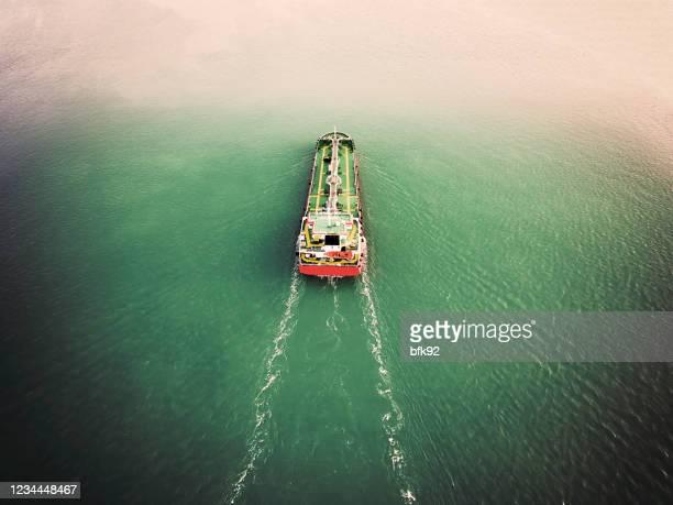 空中写真海上の製油所から石油船タンカーキャリエオイル。 - 液化天然ガス ストックフォトと画像