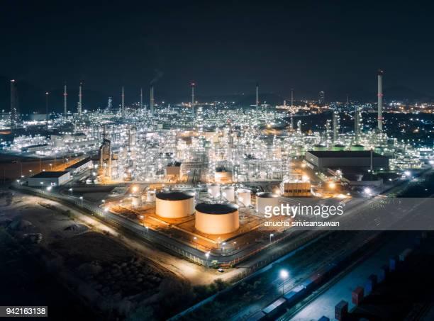aerial view oil tank in the refinery at night, chon buri, thailand. - tanque de armazenamento imagens e fotografias de stock