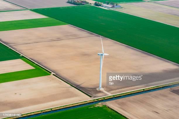 """luchtmening op een windturbine op een landbouwgebied - """"sjoerd van der wal"""" or """"sjo""""nature stockfoto's en -beelden"""