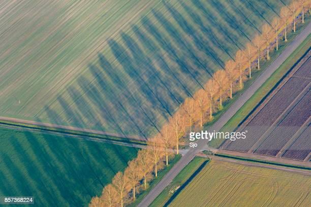 luchtfoto op abstract landschap in flevoland, nederland - flevoland stockfoto's en -beelden