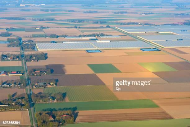 luchtfoto op landbouw landschap in flevoland, nederland - flevoland stockfoto's en -beelden