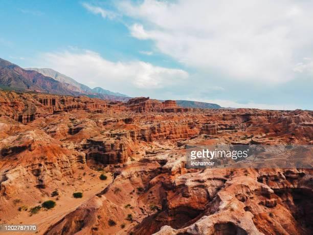 アルゼンチンの赤い岩山の空中写真 - サルタ州 ストックフォトと画像
