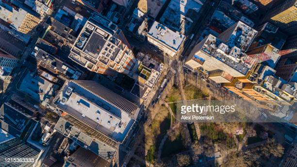flygfoto på rittenhouse square i philadelphia downtown i början av våren. vanligtvis överfulla, parken och gatorna är nu öde på grund av covid-19 coronavirus outbreak - philadelphia pennsylvania bildbanksfoton och bilder