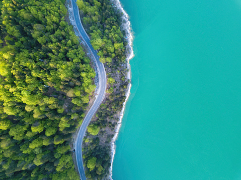 Aerial view on turquoise Lake Sylvenstein and forest with road on the bay. Germany, Bavaria, Lake Sylvenstein - gettyimageskorea