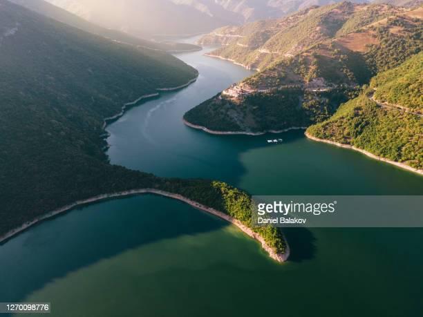 上から直接見た大きな曲がりくねった山の川の空中写真。 - 持続可能な開発目標 ストックフォトと画像