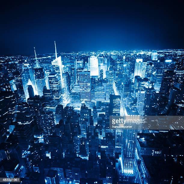 空から見たマンハッタンの街並みの上に、夜のニューヨーク