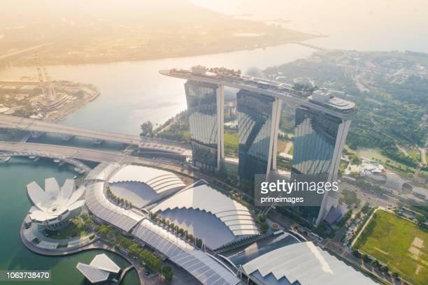 vista aérea panorâmica do skyline de singapura e marina bay, a marina é o centro da economia em cingapura, aqui há todo o edifício em ed central de singapura - marina bay sands - fotografias e filmes do acervo