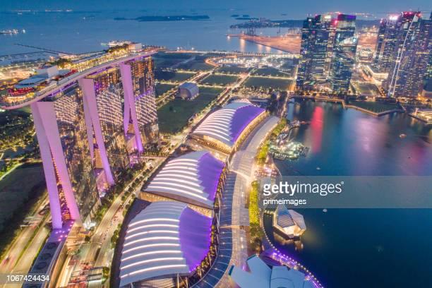 luftbild panorama der skyline von singapur und marina bay, die marina ist das zentrum der wirtschaft in singapur, gibt es hier alle gebäude in singapur, die zentrale - marina bay sands stock-fotos und bilder