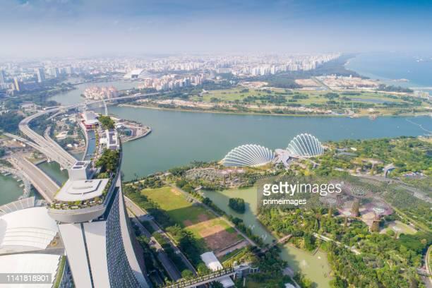 blick aus der luft. - marina bay singapur stock-fotos und bilder