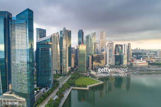 aerial view panoramic of the singapore skyline and marina bay, the marina is the centre of the economy in singapore, there are here all the building of all the majors bank and insurance. - marina bay singapur stock-fotos und bilder