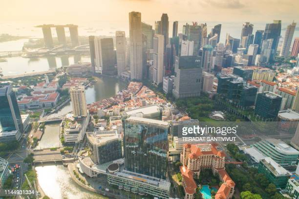 aerial view panoramic of the singapore skyline and marina bay, the marina is the centre of the economy in singapore, there are here all the building of all the majors bank and insurance. - marina bay sands skypark stock-fotos und bilder