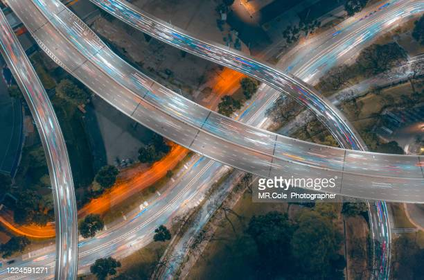 aerial view singapore city buildings in business district at night,financial economy, construction industry,or modern company organization concept - verkehrswesen stock-fotos und bilder
