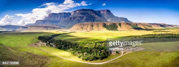 vista aérea uruyén indigeous campamento auyantepui, la gran sabana, venezuela - paisajes de venezuela fotografías e imágenes de stock