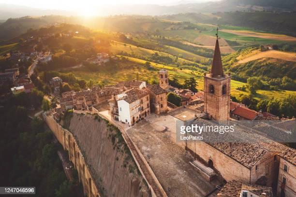vista aerea di un bellissimo centro storico in italia - marche - italia foto e immagini stock
