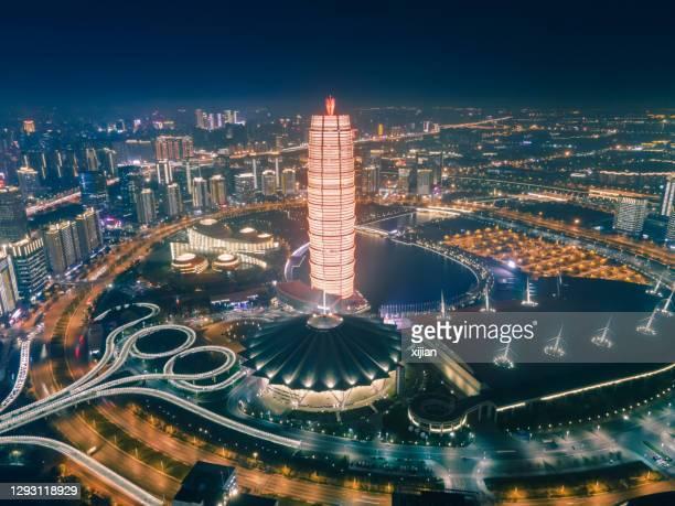 夜間の空中写真鄭州市街、河南省、中国 - 鄭州市 ストックフォトと画像