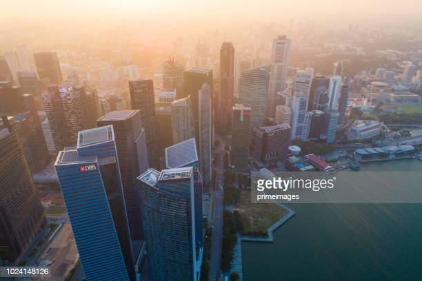 aerial breite stadtbild blick auf skyline in singapur innenstadt cbd mittel- - marina bay singapur stock-fotos und bilder