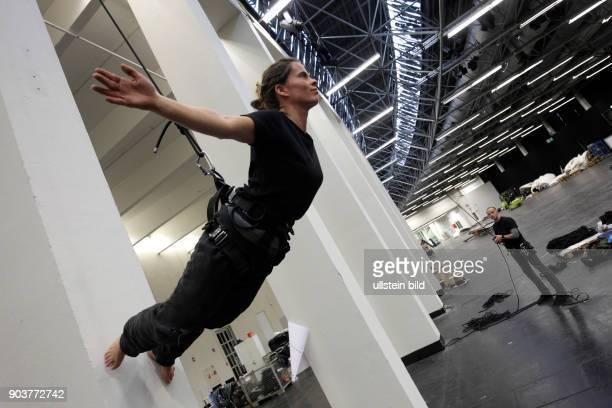 ANGELS Aerials proben für ihre Show einem Mix aus Tanz Theater und Akrobatik für die Eröffnung der Kölner Oper im November 2015 im Staatenhaus Köln...