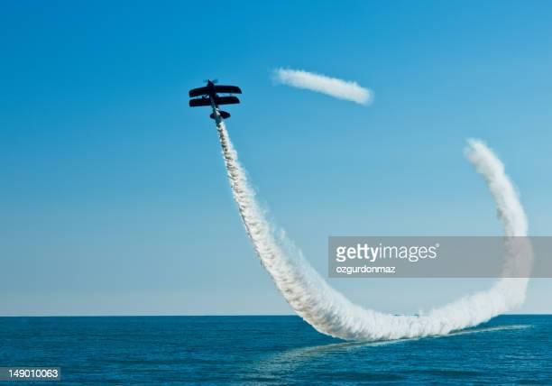 einen aerobic-doppeldecker auf den himmel - doppeldecker flugzeug stock-fotos und bilder