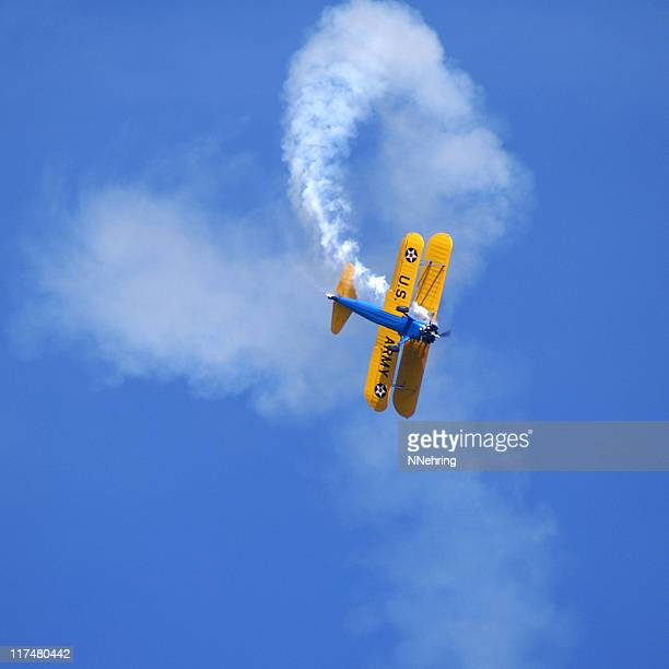einen aerobic stunt stearman kaydet doppeldecker - doppeldecker flugzeug stock-fotos und bilder