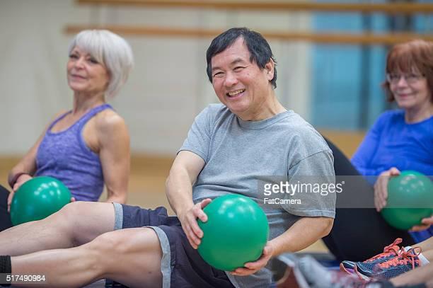 Clase de ejercicios aeróbicos en el gimnasio