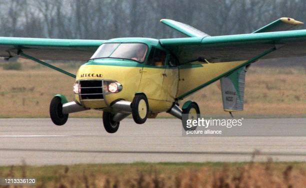 Aerocar das fliegende Auto des Amerikaners Edward Sweeney hebt am von der Startbahn des EssenMühlheimer Flughafens ab Das Flugauto wird von einem...