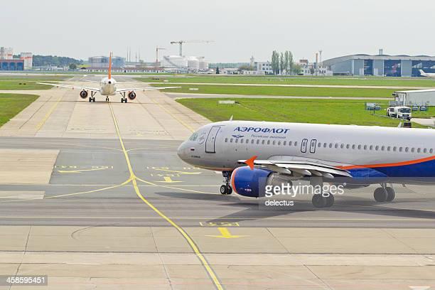 aeroflot airbus a 320-214 bereit für sie - flughafen berlin brandenburg stock-fotos und bilder