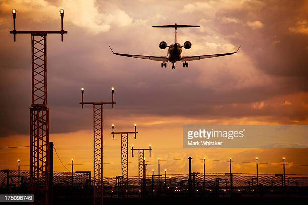aeroplane arriving at manchester airport - manchester international airport stock pictures, royalty-free photos & images