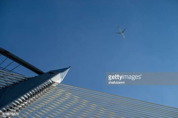 aeroplane fly over seri wawasan bridge in putrajaya, malaysia - shaifulzamri bildbanksfoton och bilder