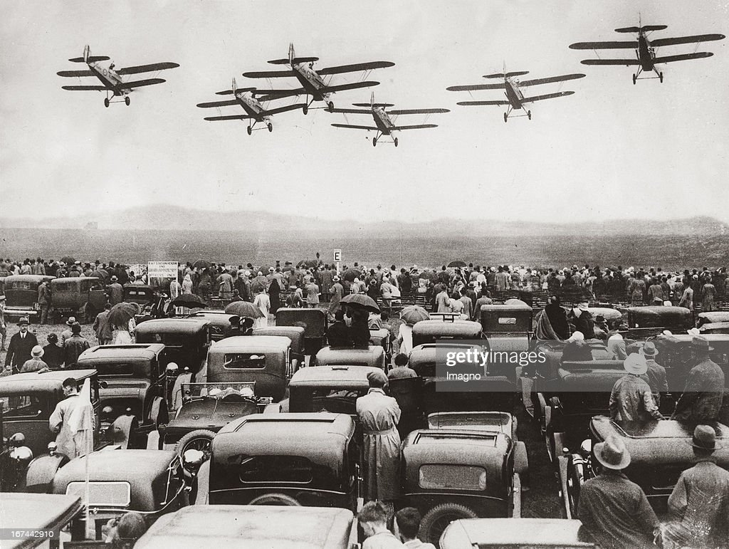 Aeroplane in formation over parking cars during a competition of the Royal Air Force in Hendon/England. About 1935. Photograph. (Photo by Imagno/Getty Images) Flugzeuge im Formationsflug über parkenden Autos beim Wettbewerb der Royal Air Force in Hendon/England. Um 1935. Photographie (press print). 15,6 : 20,2 cm .