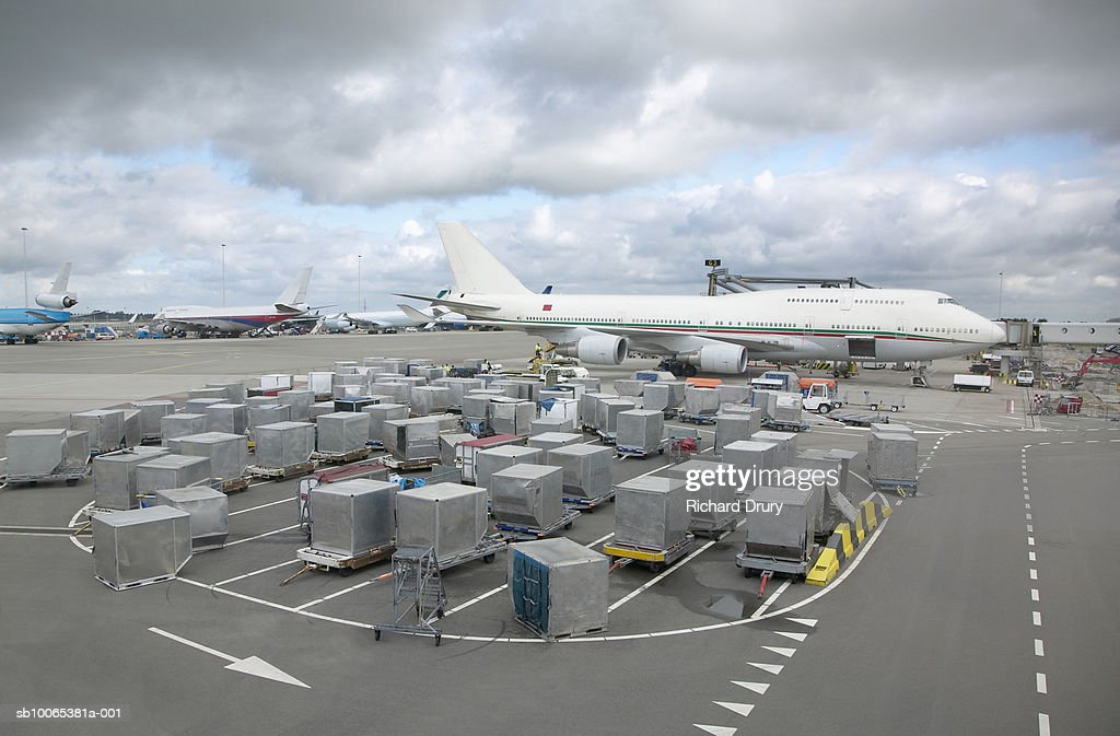 Aeroplane with containers on tarmac : Foto stock