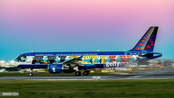 aerosmurf - oo-snd brussels airlines airbus a320-200 - brussels airlines stock photos and pictures