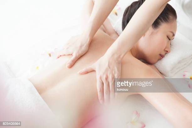 aestheticians are massaging the scapula around young and beautiful women. - body massage japan stock pictures, royalty-free photos & images