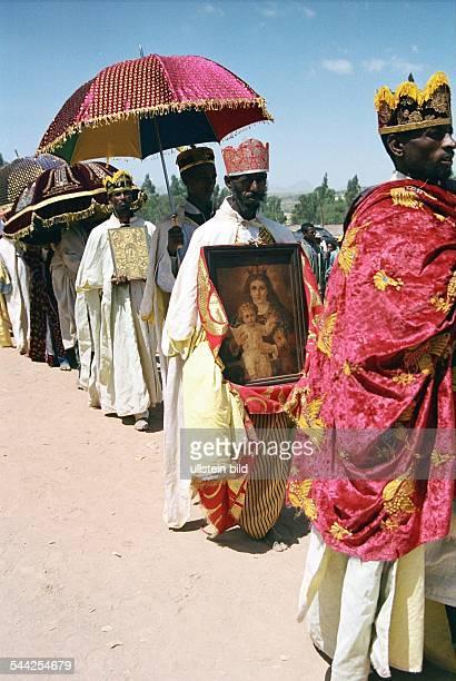 Aethiopien Wukro Patronatsfest von der Felsenkirche Abraha Atsbeha Priester im Festtagsgewand Heiligenbildern aus der Kirchedie Bilder werden 1 mal...