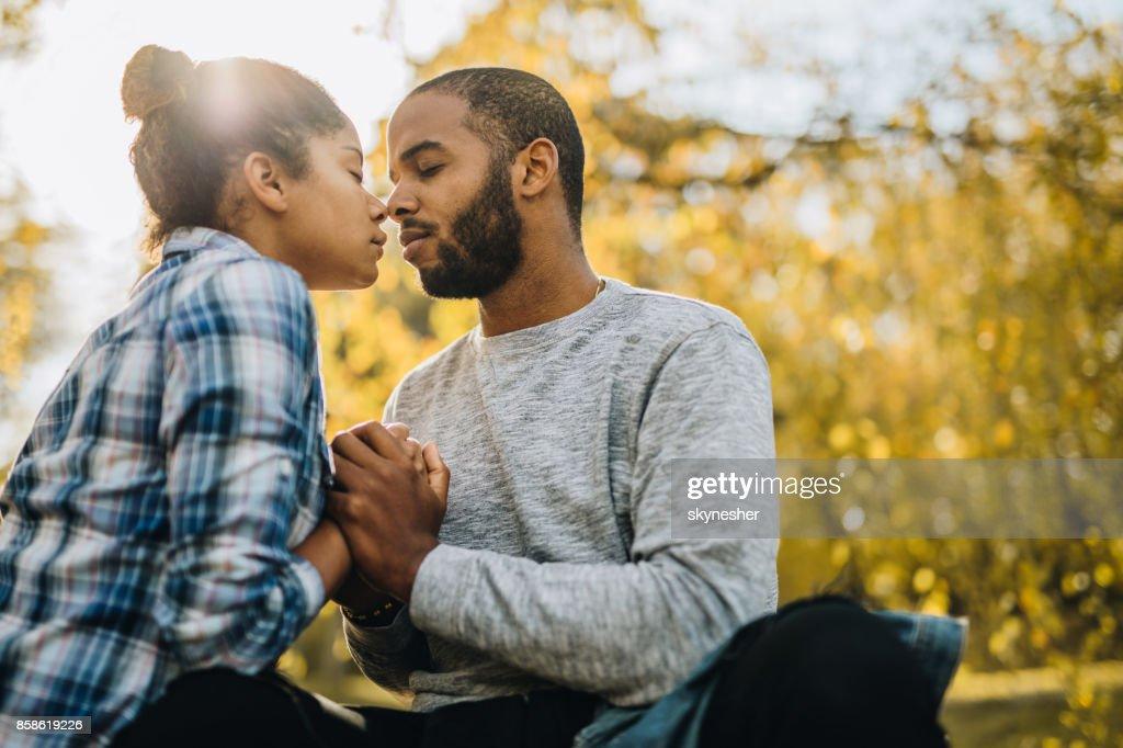 Liebevolle afrikanische amerikanische paar genießen in ihrer Liebe in Herbsttag. : Stock-Foto